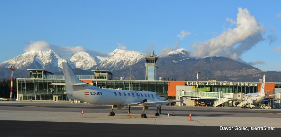 Prek treh slovenskih mednarodnih letališč je leta 2017 potovalo 1,69 milijona potnikov