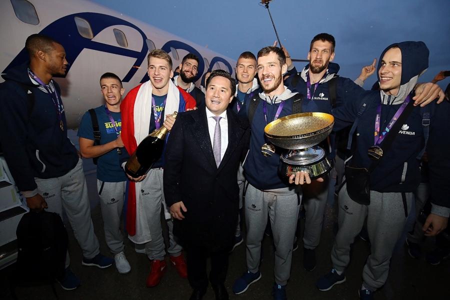 Zlate slovenske košarkarske junake pozdravila Adria Airways